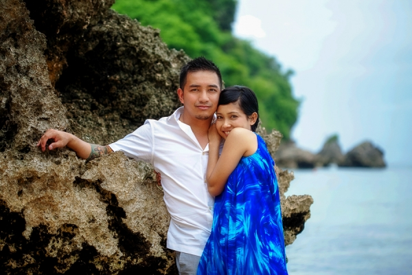 Bunn Salarzon - guy and girl leaning on rock at beach