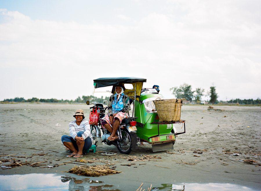 Bunn Salarzon - smiling vendors on the beach